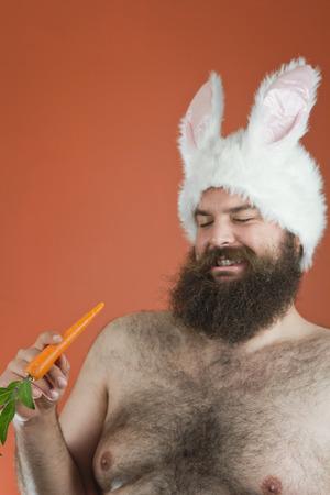 bunny ears: Hombre gordo barbudo sarc�stico lleva tontas orejas de conejo Foto de archivo