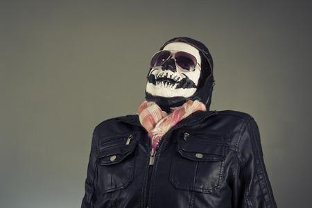 disapproving: Spaventato aviatore disapprovazione con il volto dipinto come cranio umano