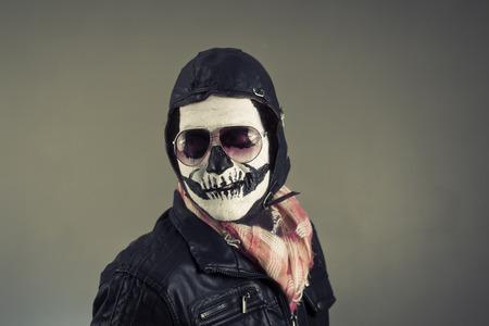 disapproving: Aviatore disapprovazione con il volto dipinto come cranio umano