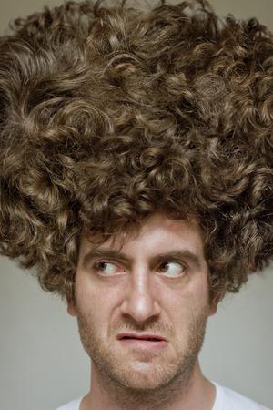 contempt: Desaliñado hombre con cara sucia afro pelo rizado