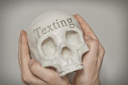 fallecimiento: Grabado palabra mensajes de texto en el cr�neo explican la causa de muerte