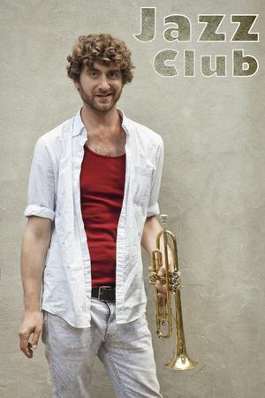 textura pelo: Hombre de pelo rizado toca la trompeta del jazz fuera
