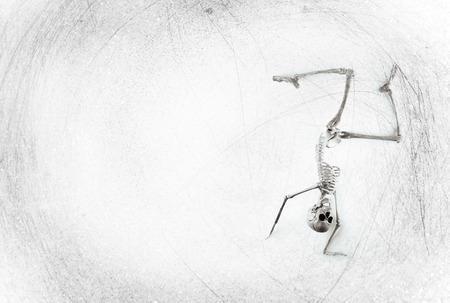 baile moderno: Tonto esqueleto m�dico bailando en el fondo del grunge del vintage