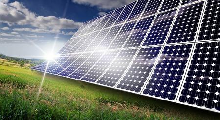 夏の暑い日に太陽エネルギーを吸収する太陽電池パネル 写真素材