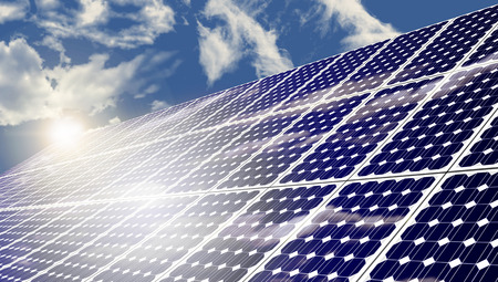energia renovable: Los paneles solares que absorben la energía de soles en el día de verano caliente