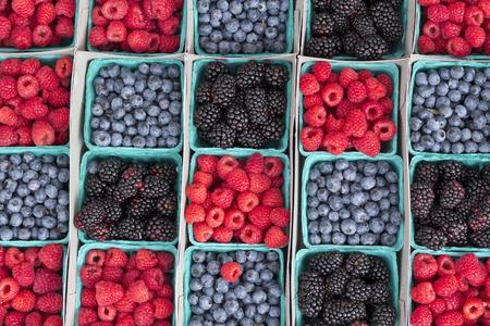 frutilla: Filas de fresas ar�ndanos y moras en el mercado local de los granjeros Foto de archivo