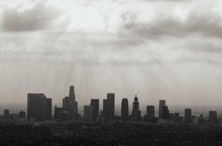 夕日に対してロサンゼルスのスカイライン シルエットが美しく