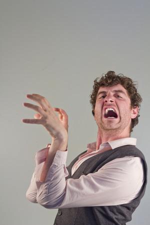 clawing: Uomo che agisce come un animale da ringhiando ringhioso e graffiando