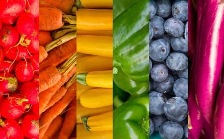 Produce collage of popular fruits and vegetables in the pattern of a rainbow Banque d'images