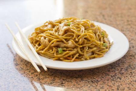 plato de comida: Deliciosa comida china, pollo Lo Mein salteados