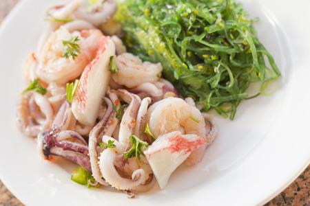 algas marinas: Lobster shrimp and calamari seafood salad with sesame seaweed Foto de archivo