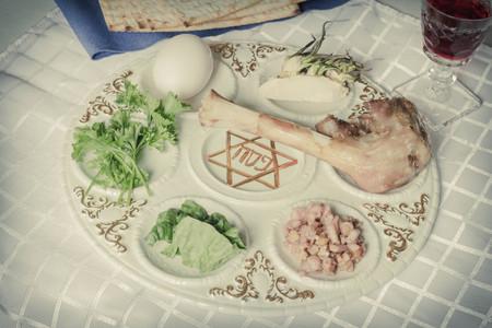 santa cena: Plato del seder jud�o. Seis alimentos componen esta cena de Pascua. Foto de archivo