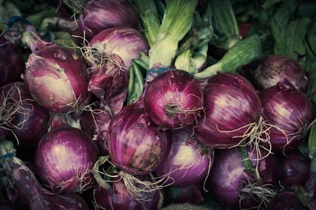 bulb and stem vegetables: Fresh harvested red onions with leaves at farmers market Stock Photo