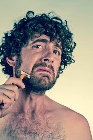 cabello rizado: Hombre de pelo rizado tonto afeita la barba