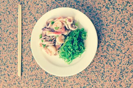 algas marinas: Camarones langosta y calamares ensalada de mariscos con algas sésamo