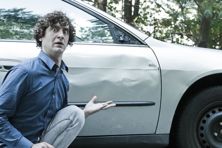 personas enojadas: Hombre tonto hace la expresión facial molesto enojado por dama a su coche Foto de archivo