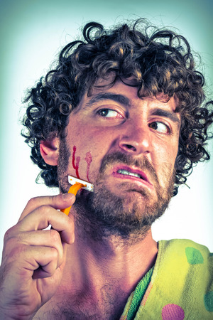 contempt: Hombre barbudo Tonto corta su cara mientras se afeita la barba