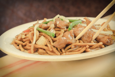 Authentic Chinese chicken lo mein noodles at a restaurant 版權商用圖片