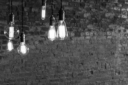 vintage: Dekorativa antika edison stil glödlampor mot tegelvägg bakgrund Stockfoto