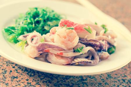 algas marinas: Camarones langosta y calamares ensalada de mariscos con algas s�samo
