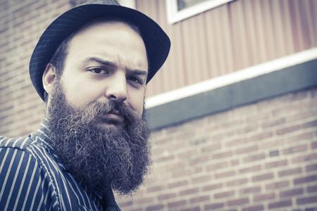 hombre con barba: Hombre barbudo Elegante cuestiona al espectador con una expresi�n confusa Foto de archivo