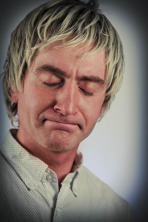 Biondo uomo dai capelli chiude gli occhi dopo il fallimento Archivio Fotografico - 48915397