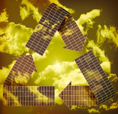 recolector de basura: Varios paneles solares en forma para formar el símbolo de reciclaje Foto de archivo