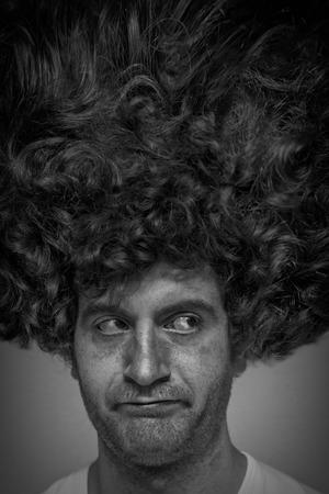 Desaliñado hombre con cara sucia afro pelo rizado Foto de archivo - 48915747
