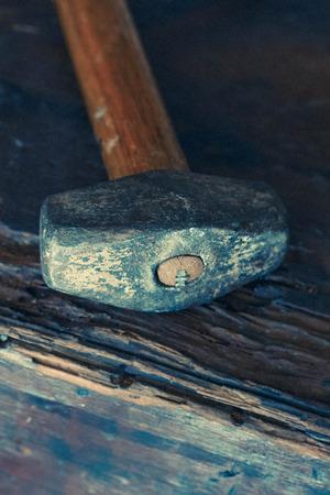 그런 지 나무 배경에 작은 한 손으로 착용 썰매 망치 스톡 콘텐츠