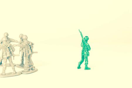 緑のおもちゃの兵隊を除くグレーおもちゃの兵士 写真素材