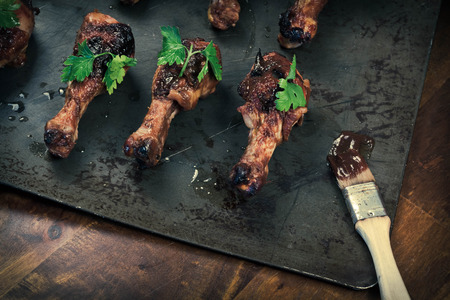 Pan with crispy and juicy grilled chicken drumsticks Stok Fotoğraf
