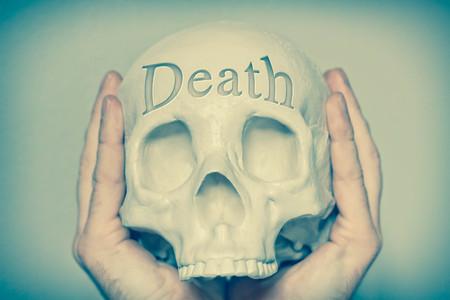 fallecimiento: Muerte palabra grabada en el cr�neo enfatizando este concepto