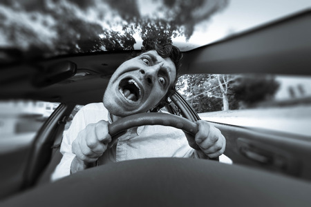 caras graciosas: Hombre tonto mete en accidente de coche y hace cara rid�cula Foto de archivo