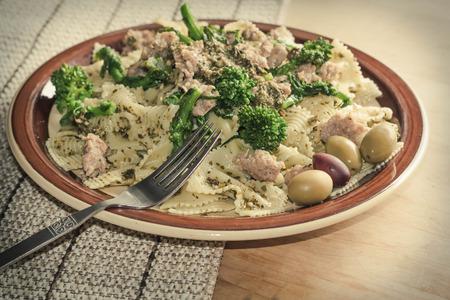 comida: Bowtie pasta pesto com salsicha solo e rabe br