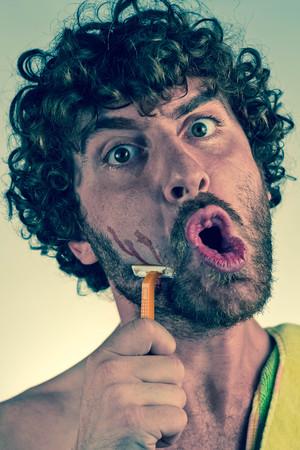 cabello rizado: Hombre de pelo rizado Sorprendido afeita la barba