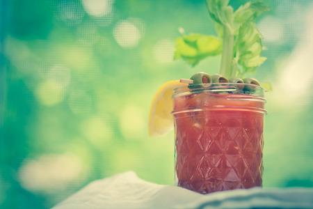 coctel de frutas: Bloody Mary c�ctel de vodka hecha en casa sentado en el mostrador junto a la ventana