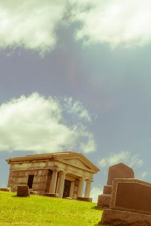 tumbas: Tumbas del cementerio y piedras de la tumba en un d�a soleado de primavera