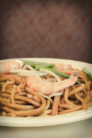 yi mein: Authentic Chinese Shrimp lo mein noodles at a restaurant Stock Photo