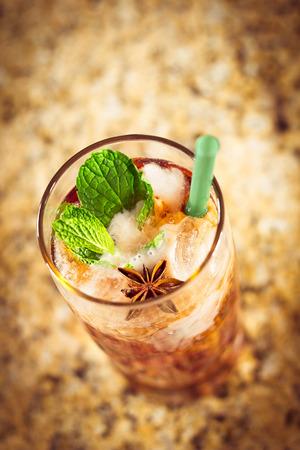 t� helado: Refreshing thai iced tea garnished with fresh mint leaves Foto de archivo