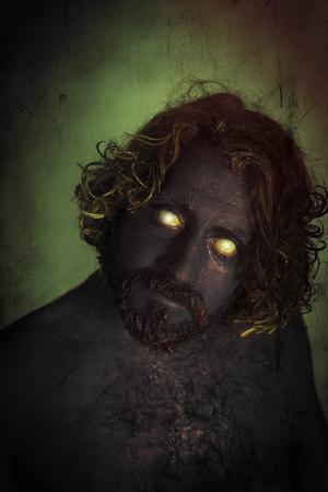 demonio: hombre de monstruo demonio con barba y temibles ojos