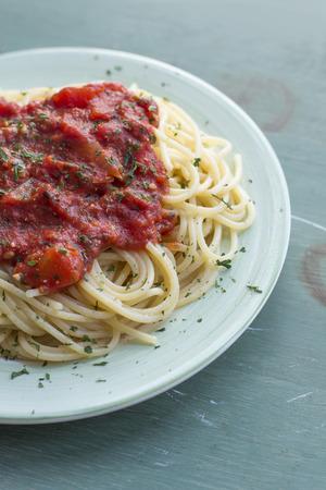 Spaghetti en zelfgemaakte tomatensaus op groene plaat Stockfoto