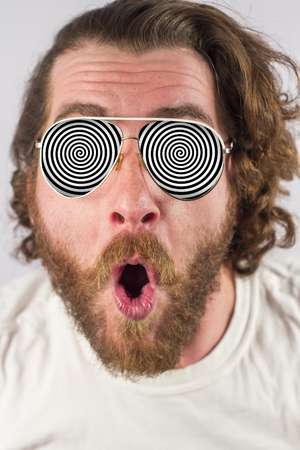 Shocked man optical illusion glasses hypnosis image Banque d'images