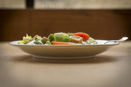 ensalada cesar: Fresh organic caesar salad with chopped tomatoes Foto de archivo