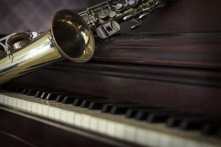 saxofón: Viejo y gastado saxofón de jazz y piano fondo musical Foto de archivo