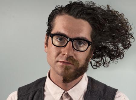personalidad: hombre de doble personalidad con la mitad de la barba afeitada