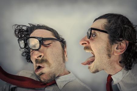 doppia Angry spazza via altro gemello urlando in un orecchio Archivio Fotografico