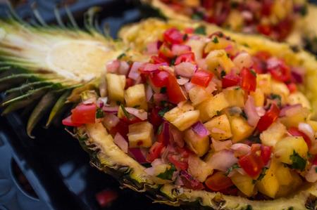 甘い全体パイナップル半分サルサ南米前菜を空想します。