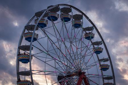 Cierre de noria de carnaval de verano contra el cielo azul