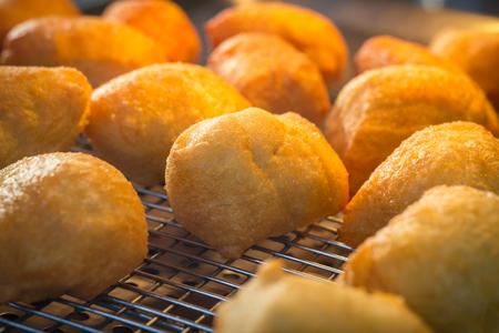 Lade van verse warme gefrituurde zeppole donuts Stockfoto