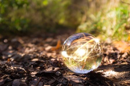 Magische kristallen bol atoom op de bosbodem voor de herfst fantasie beeldspraak Stockfoto